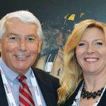 Jerry F. Simmons, gerente senior de ventas, de la División de Hilos de Alto Rendimiento; y Kim Hall, representante de  ventas, de Divisiones de Hilos de Alto Rendimiento e Hilos Especiales, de Pharr Yarns LLC, de McAdenville, N.C.