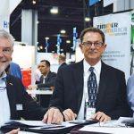 De izquierda a derecha aparecen: Roland Zimmer, presidente y CEO de Zimmer America, de Cowpens, S.C.; Bob Patterson, gerente de ventas de Zimmer America; y Tony Guhr, director de Carbon Fiber Remanufacturing (CFR), de Whitewater, Kan.