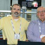 Joseph G. Poterala (izq.), vicepresidente  de operaciones, de Mascoe Systems Corp.,  de Greenville, S.C.; y Paul Ledford,  presidente de Green Textile Machine LLC,  de Kings Mountain, N.C.