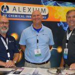 De izquierda a derecha, aparecen: Steve Gravlee, vicepresidente de ventas; David Barrow, representante de ventas; y Lee Lemere, representante de ventas, de la firma Alexium Specialty Chemicals And Solutions.