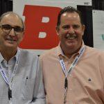 Victor Almeida (izquierda), ingeniero textil, ventas, y apoyo al cliente; y PJ McCord, Director de Ventas (Américas), de la  firma Buhler Quality Yarns Corp.