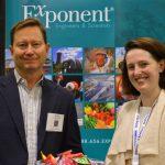 El Dr. Haskell W. Beckham (izquierda), científico principal, de ciencia de polímeros y químicas de materiales; y la Dr. Erin  Kirkpatrick, científico senior, de ciencia de polímeros y práctica de química de materiales, de Exponent.