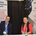 Mike Hubbard (izquierda), gerente de Comercio  Internacional, de la Asociación de Desarrollo Económico de Carolina del Norte; y Kim-Bang Nguyen, directora,  promoción de exportaciones y alianzas de negocio estratégicos, del Departamento de Comercio de U.S., Administración de Comercio Internacional.