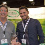 Rich Kenney (izquierda), representante nacional de U.S.; y Lucas Moraes, gerente de ventas, de Ultra Fresh/ Thomson Research Associates, ganador de un Premio IFAI  Show Stopper.