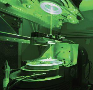 Spinneret perforado con láser hecho con nitrilo de silicona, de 3 milímetros de  espesor. Cortesía de © ITCF Denkendorf.