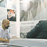 Herbert Skerjanz (izq.), vicepresidente, Weko North America Inc. en reunión con un cliente durante ICE USA 2017.