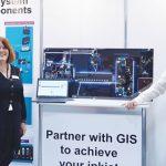 Nadine Cornwell (izq.) y Peter Stanier, Global Inkjet Systems (GIS).