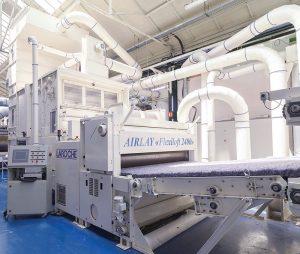 Arriba: Laroche Airlay Flexiloft 2400 está diseñada para formar napas de todo tipo de fibras: desde cortas recicladas a largas naturales; de mezclas o de fibras especiales.