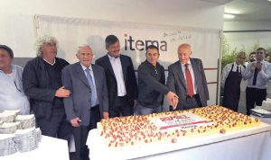 Ceremonia de aniversario en la que (de izq. a der.) Paolo Radici, Danilo Arizzi, Aldo Arizzi, Carlo Rogora, Angelo Radici, Gianfranco Ceruti partieron un pastel.