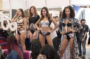 INVISTA presentó sus tejidos innovadores en un stand siempre en movimiento, exhibiendo modelos que lucieron colecciones de marcas diferentes.