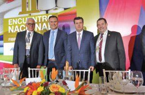 De izquierda a derecha: Víctor Rayek Mizrahi, nuevo presidente de la CANAIVE; Manuel Herrera, presidente saliente de la Confederación de Cámeras Industriales (CONAMIN); José Rogelio Garza, subsecretario de comercio y fomento industrial; Samuel Gershevich, presidente saliente de la Cámara Nacional de la Industria del Vestido (CANAIVE)