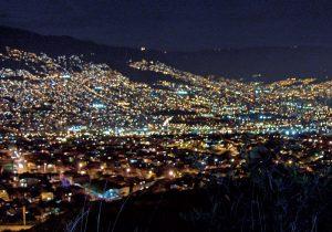 Medellín a la noche, cortesía de yuseff90.