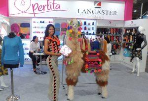 Haydemar Gonzalez estaba en Expotextil Perú 2018 en el stand de Lancaster, junto a la decoración de llama.